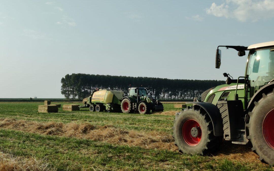 Het door Loon- en grondverzetbedrijf Verhulst B.V., onderdeel uitmakend van Harthoorn Vlissingen b.v., persen van graszaadhooi